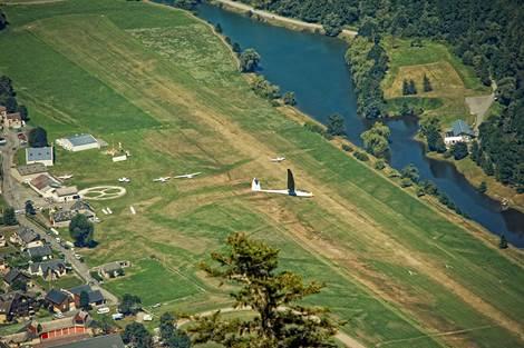 Planeur survolant l'érodrome de Luchon
