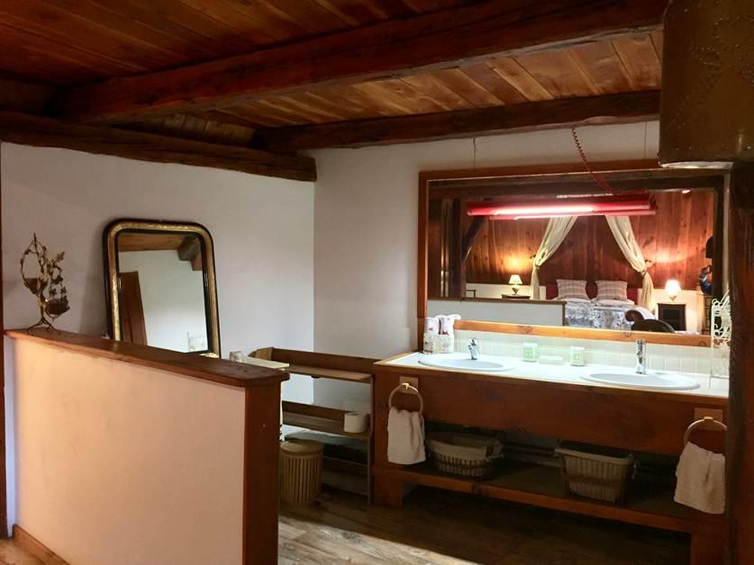 Salle de bain ouverte avec double vasques de la suite SOMMETS