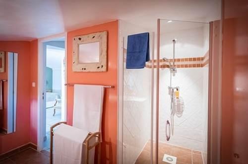 MAS CONIL chambre ESQUIELLE salle d'eau © SCHURMANN Beat