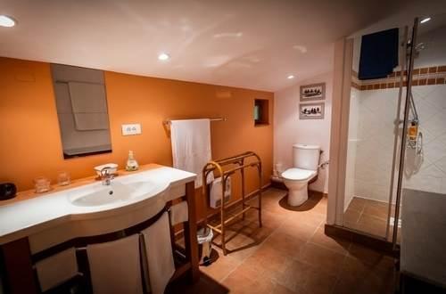 MAS CONIL suite familiale Seynes salle d'eau © SCHURMANN Beat