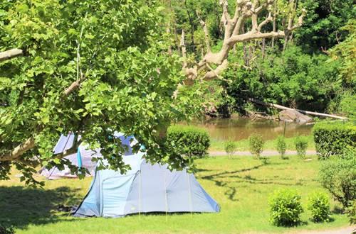 Emplacement camping vue rivière ©