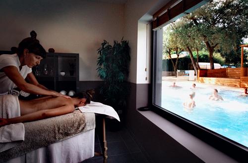 Salle de Massage avec vue sur la balnéothérapie, 8 massages à la carte, un pur moment de détente ©
