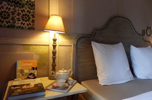 Table de nuit de la chambre Soleil du Matin chez Envie de Sud ©