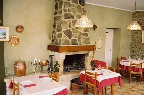 Salle de restaurant avec cheminée ©