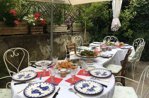 table d'hôte sur la terrasse en été ©